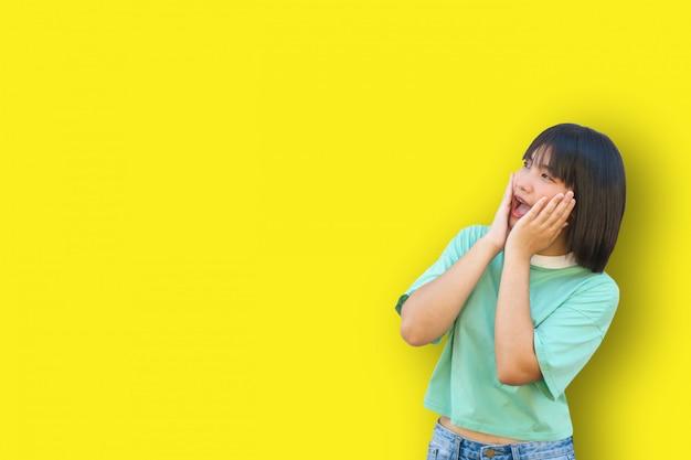 La ragazza asiatica ha paura di qualcosa Foto Premium