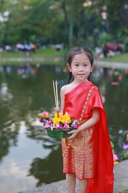 Ragazza asiatica in vestito tradizionale tailandese con krathong per perdono goddess gange. Foto Premium
