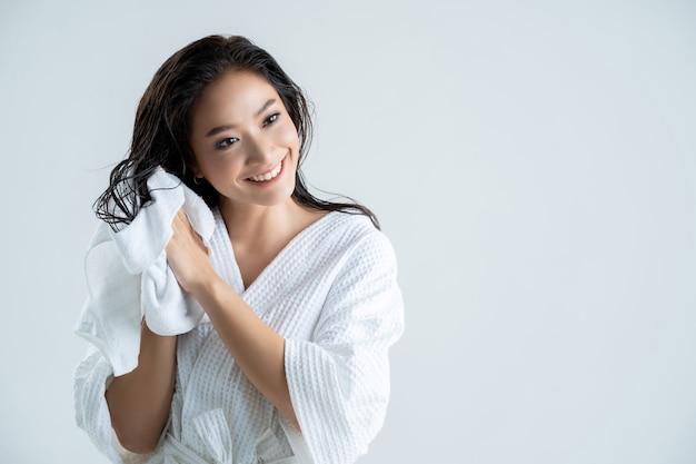 Donna felice asiatica con asciugamano Foto Premium