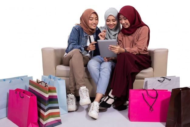 Donne asiatiche velate che acquistano in un negozio online Foto Premium
