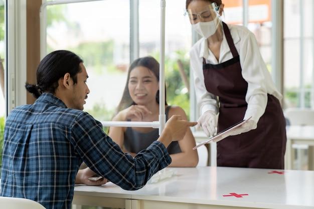 Menu di scarpe asiatiche cameriera con tablet. Foto Premium