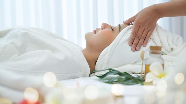 Donna asiatica nel salone spa Foto Premium