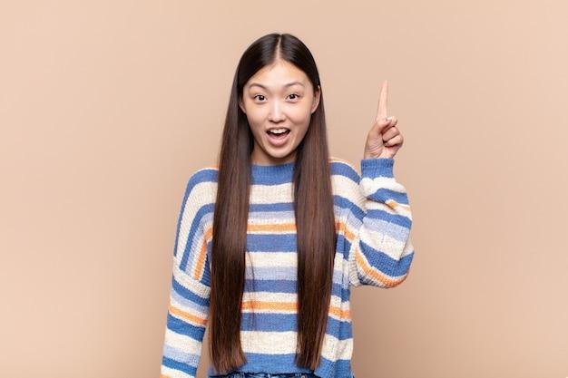 Giovane donna asiatica che si sente felice ed emozionata Foto Premium