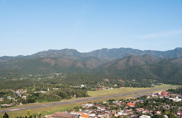 Pista asfaltata del piccolo aeroporto nella valle. Foto Premium