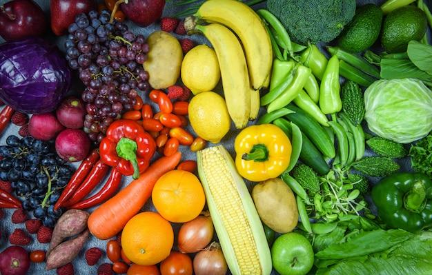 Assortimento di frutta fresca matura rosso giallo verdure viola e verde selezione mista varivergetable e frutta cibo sano cibo pulito mangiare per la vita del cuore dieta colesterolo salute Foto Premium