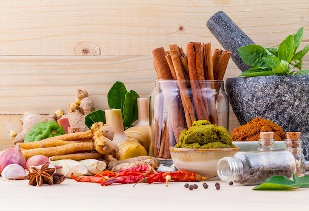 Assortimento di ingredienti da cucina e pasta. Foto Premium