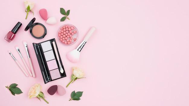 Assortimento di cosmetici diversi con spazio di copia Foto Premium