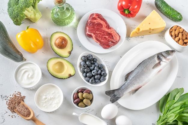 Assortimento di alimenti per la dieta chetogenica flat lay Foto Premium