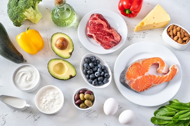 Assortimento di alimenti per dieta chetogenica flat lay Foto Premium
