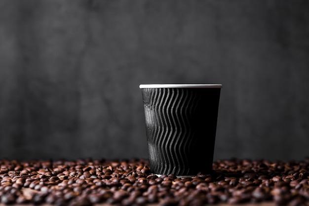 Assortimento con tazza di caffè e fagioli Foto Premium