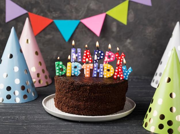 Assortimento con candeline e torta di buon compleanno Foto Premium