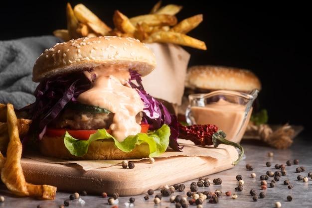 Assortimento con gustosi hamburger e patatine fritte Foto Premium