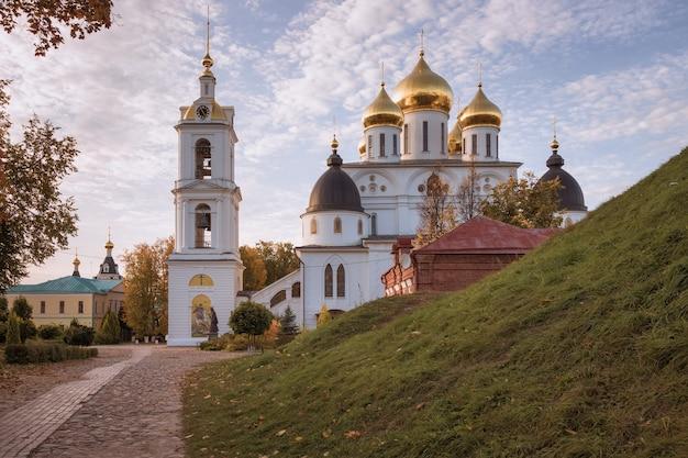 Cattedrale dell'assunzione nel cremlino di dmitrov. una delle principali attrazioni architettoniche di dmitrov costruita all'inizio del xvi secolo. dmitrov, russia Foto Premium