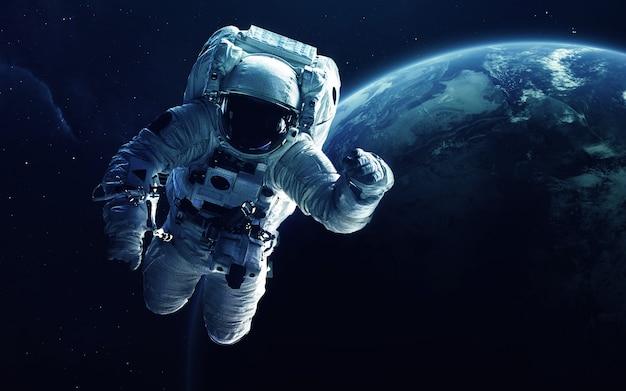Astronauta di fronte al pianeta terra. Foto Premium