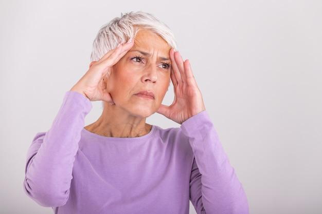 Attacco dell'emicrania mostro. dolore al seno. donna senior pensionata infelice che tiene la sua testa con l'espressione di dolore Foto Premium
