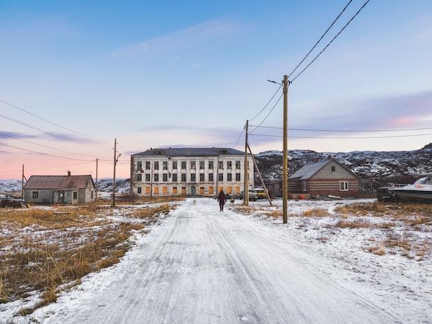 Autentico villaggio del nord della russia, vecchie case di legno fatiscenti, aspra natura artica Foto Premium