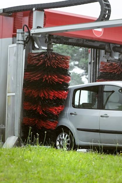 Autolavaggio automatico della spazzola il processo di lavaggio dell'automobile Foto Premium