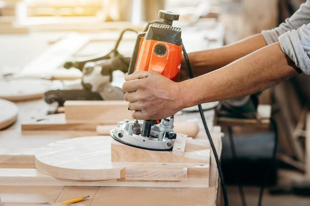 Fresatrice automatica manuale per legno Foto Premium