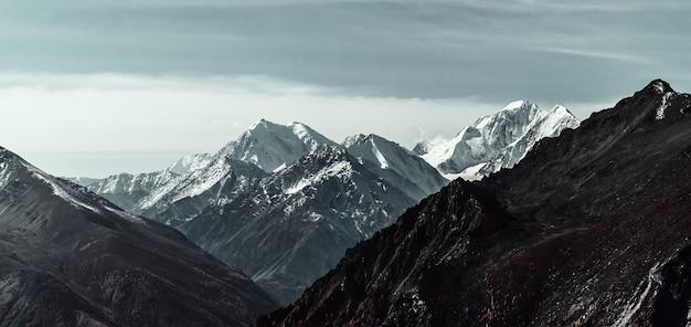 Paesaggio autunnale nelle valli montane Foto Premium