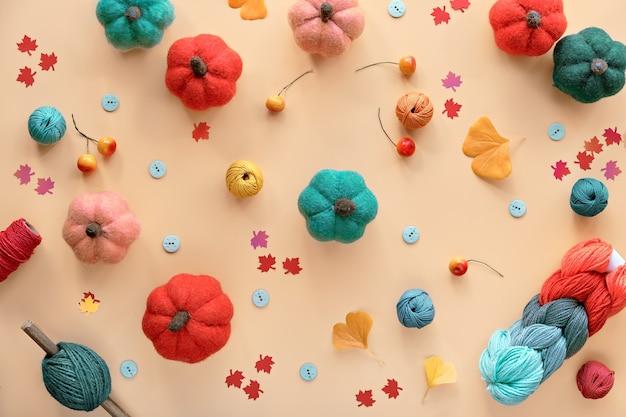 Zucche di lana fai-da-te stagionali autunnali, fascio di lana, cordoncino e bottoni. forniture per hobby artigianali in colori autunnali Foto Premium