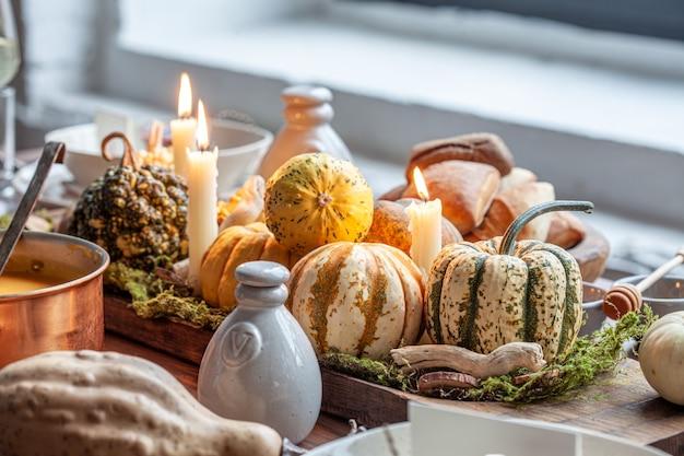 Regolazione della tavola autunnale con zucche. cena di festa del ringraziamento e decorazioni autunnali. Foto Premium