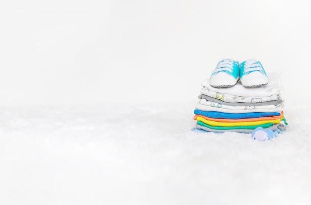 Vestiti del bambino su un bianco Foto Premium