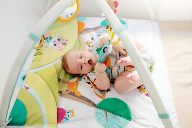 Bambino che gioca nella culla. Foto Premium