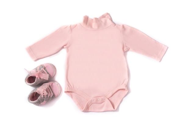 Pagliaccetto del bambino e scarpe isolate su priorità bassa bianca Foto Premium