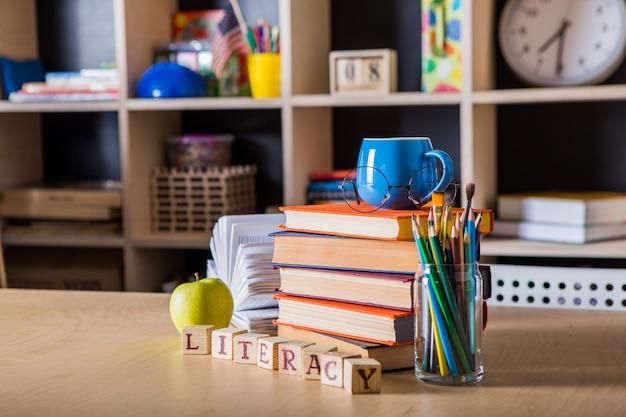 Di nuovo a scuola. concetto del fondo di istruzione con copyspace. giornata dell'alfabetizzazione Foto Premium