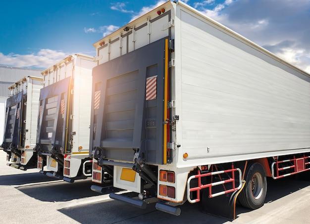 Lato posteriore un camion, carrello elevatore idraulico porta sul parcheggio presso il magazzino. trasporto merci e logistica merci. Foto Premium