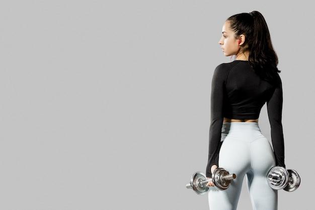 Punto di vista posteriore della donna con le teste di legno e lo spazio della copia Foto Premium