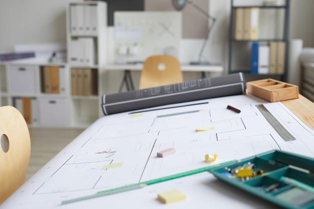 Immagine di sfondo del vuoto architetti sul posto di lavoro con blueprint e strumenti sul tavolo da disegno in primo piano, Foto Premium