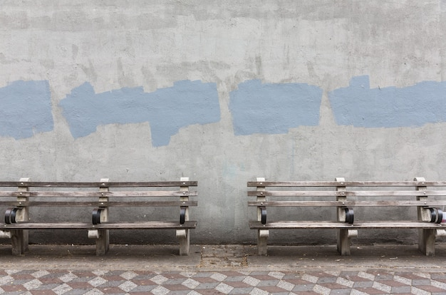 Sullo sfondo di un vecchio muro dipinto di grigio. priorità bassa invecchiata della parete della via, struttura. Foto Premium