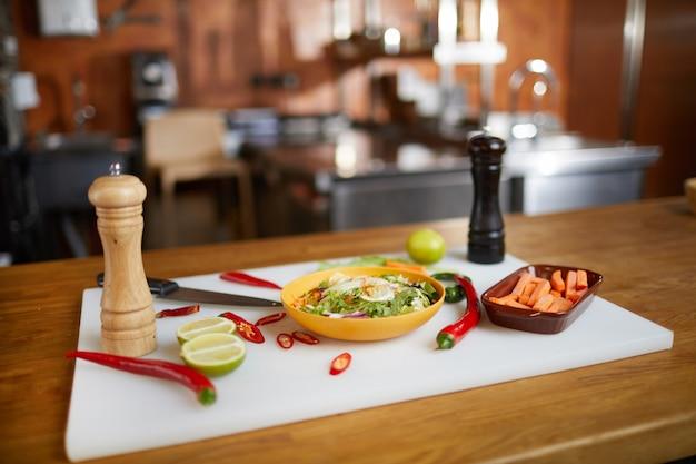 Priorità bassa degli ingredienti alimentari piccanti sulla tabella Foto Premium