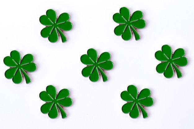 Sfondo per il giorno di san patrizio. per il design con il trifoglio. trifoglio isolato su sfondo bianco. simboli irlandesi della vacanza. Foto Premium