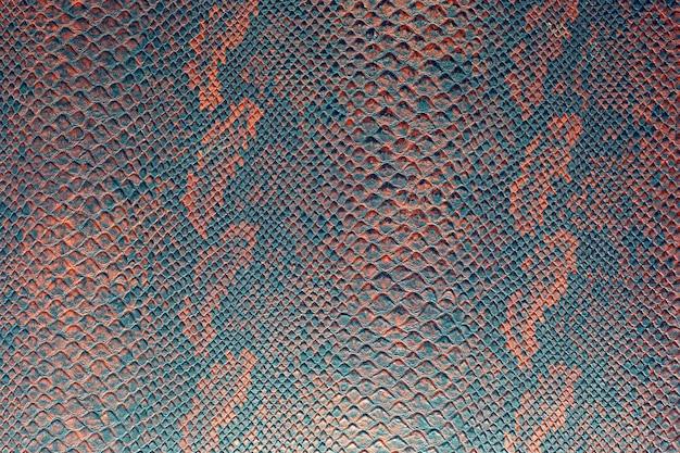 Texture di sfondo della pelle di serpente rosso brillante Foto Premium