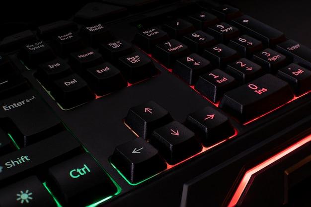 Tastiera da gioco nera retroilluminata in diversi colori. Foto Premium