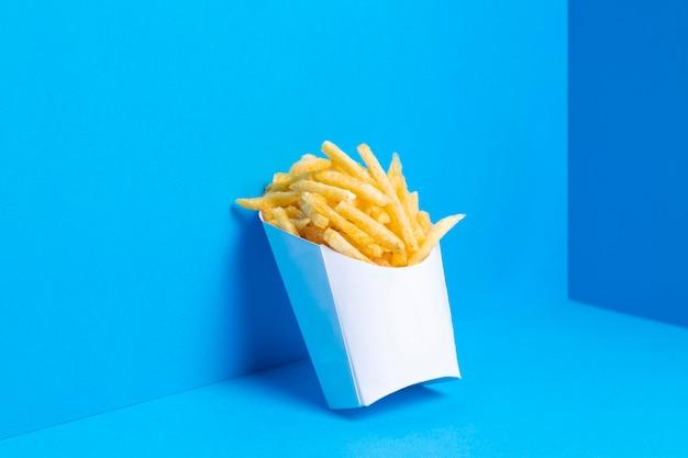 Borsa piena di patatine fritte salate Foto Premium