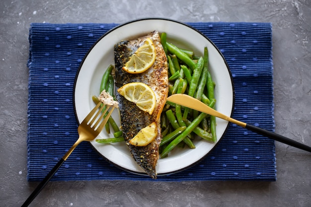 Sgombro al forno con limone e asparagi. fagioli di asparagi con pesce. delizioso cibo sano. nutrizione appropriata. pesce al forno. sgombro fritto deliziosa cena giusta. vista dall'alto Foto Premium