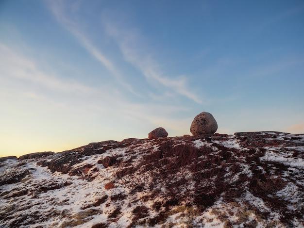 Balancing rock sulle colline artiche nel cielo polare. meraviglie incredibili nella natura. Foto Premium