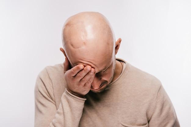 Uomo calvo con stress psicologico in lotta per la vita tumore al cervello Foto Premium