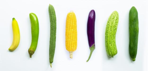Banana, melanzane, mais, luffa acutangula, melone amaro, papaia verde su bianco Foto Premium
