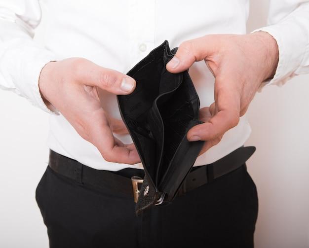 Fallimento - imprenditore in possesso di un portafoglio vuoto. uomo che mostra l'incoerenza e la mancanza di denaro e non è in grado di pagare il prestito e il mutuo. Foto Premium