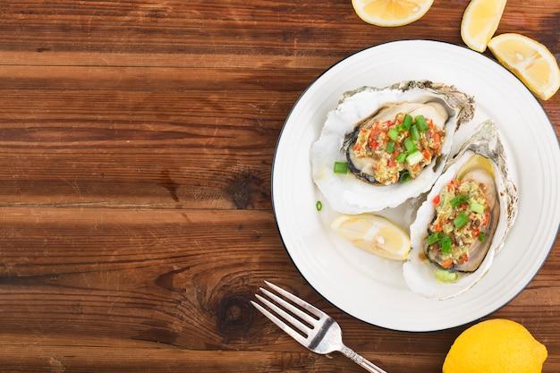 Ostrica aperta fresca cotta al barbecue con aglio, Foto Premium