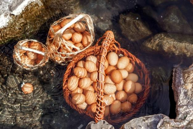 Un cesto di uova per i turisti che vengono bolliti in acqua calda minerale e naturale a chae son national park, lampang, tailandia. Foto Premium