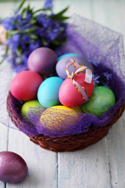 Cesto con uova di pasqua Foto Premium