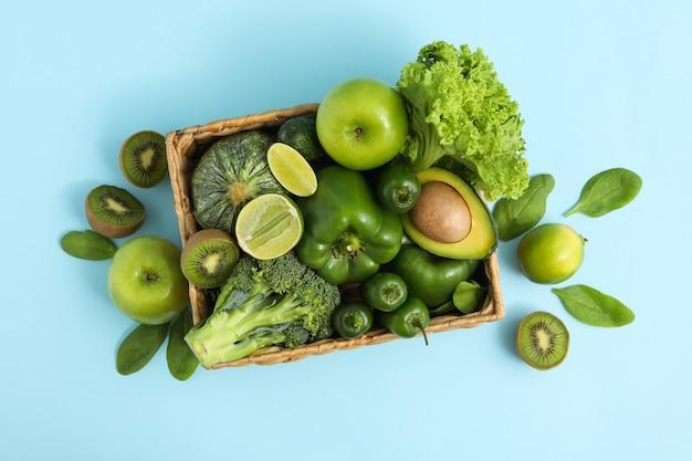 Cestino con verdura e frutta su sfondo blu Foto Premium
