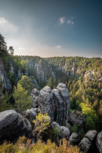 Il bastei nel parco nazionale della svizzera sassone a dresda, in germania Foto Premium