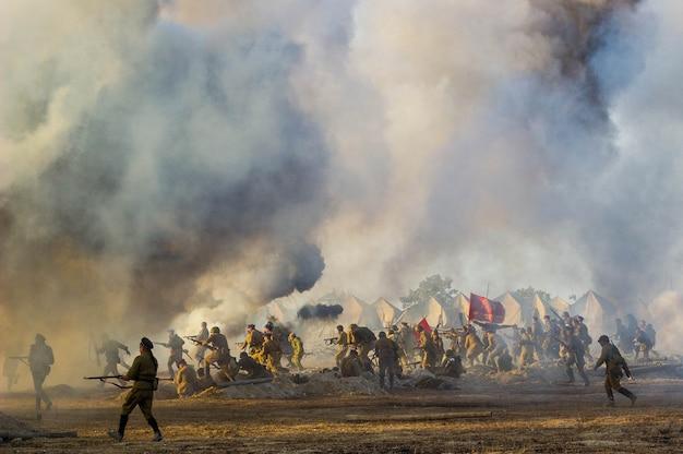 Il campo di battaglia con esplosioni di proiettili e bombe, fumo Foto Premium