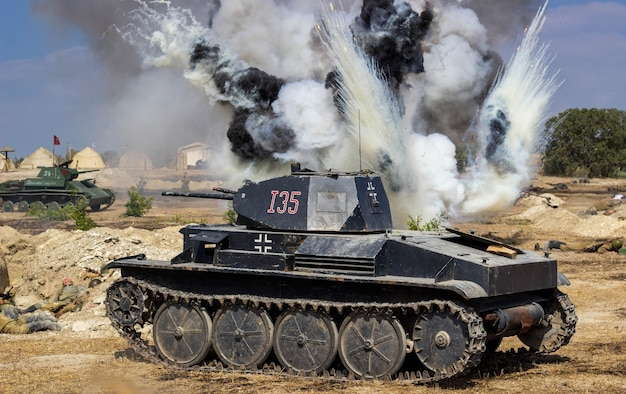 Il campo di battaglia con esplosioni di proiettili e bombe Foto Premium
